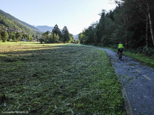 Ciclabile Val Camonica di ombre e luce.