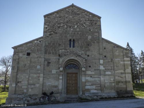 Facciata Pieve romanica di San Pietro in Messa