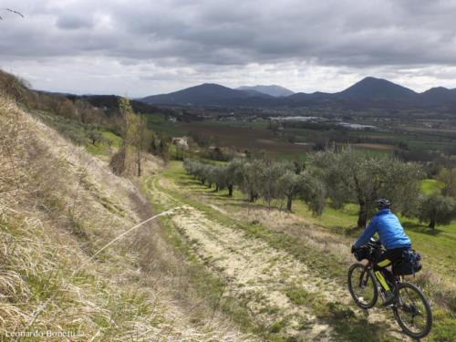 Il paesaggio dell'alta val Tiberina in bici