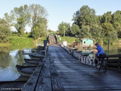 Inizio ciclovia del fiume Oglio. Ponte di barche di San Matteo delle Chiaviche.
