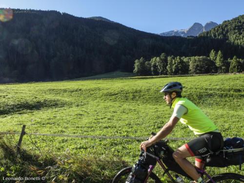 La ciclabile della val Camonica tra i verdi prati di Vezza d'Oglio.