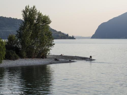 L'attività serale dei pescatori di Vello sul lago d'Iseo.
