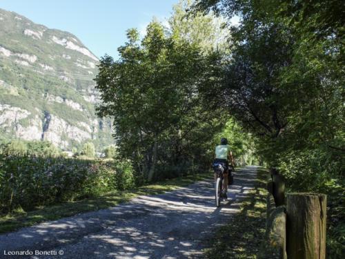 Un riparo ombroso sulla ciclovia della val Camonica.
